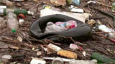 Lixo acumula em arroio e alaga rodovia em Ponta Grossa - O Rio da Ronda transbordou na manhã desta segunda-feira (19).