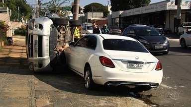 Vídeo mostra colisão entre dois carros no Setor Sul, em Goiânia - Um dos veículos tombou com o impacto.