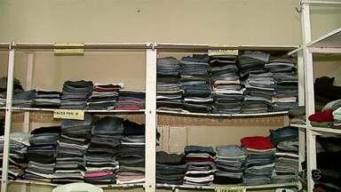 O Serviço de Obras Sociais de Ponta Grossa está recebendo doação de roupas - Campanha do agasalho que arrecadar 100 mil peças de roupas que vão ser doadas a pessoas carentes