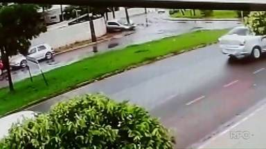 Motorista perde o controle, capota carro e derruba poste no centro de Maringá - O condutor do veículo teria sido resgatado por outro motorista que passou pelo local do acidente.
