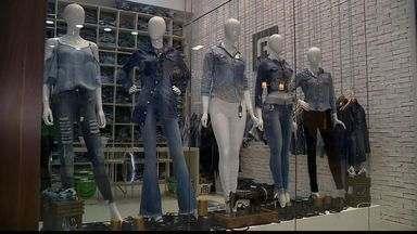 Crise hídrica faz produção de jeans recorrer ao reaproveitamento de água, no ES - A fabricação de cada peça gasta 70 litros de água.