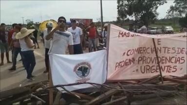 Militantes do MAB e moradores de Jaci fecham BR-364 para exigir reunião com hidrelétrica - Coordenadores do MAB exigem reunião com representantes da Santo Antônio.
