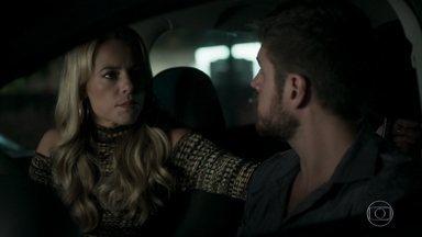 Jeiza proíbe Zeca de entrar no batalhão - Ela explica que está comandando uma operação confidencial. Uma policial aborda Zeca no estacionamento