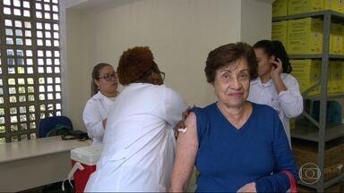Idosos, crianças, doentes crônicos, grávidas devem se vacinar contra gripe - Pouco mais de 960 mil pessoas procuraram os postos no Rio até agora. A campanha de vacinação contra gripe termina na próxima sexta-feira.