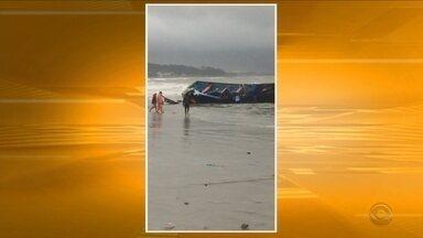 Chuva e vento afundam embarcações em Garopaba - Chuva e vento afundam embarcações em Garopaba