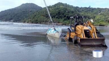 Fim de semana foi de mar agitado em Ubatuba - Barco foi puxado e atolou na praia do Itaguá.