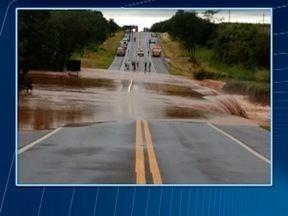Trecho de rodovia cede por causa da chuva e trânsito fica interditado - Erosão foi registrada na Rodovia Comandante João Ribeiro de Barros, em Tupi Paulista.