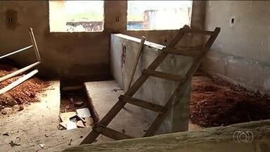 Escola estadual está há oito anos em reforma, em Buriti Alegre - Parte dos 900 alunos estuda de forma improvisada.