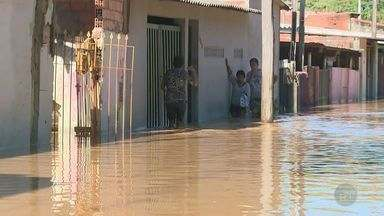 Após chuva, rio transborda e causa transtornos na cidade de Capivari - Ruas ficaram alagadas e famílias tiveram de ser removidas para um abrigo na cidade.