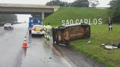 Carro com 5 passageiros capota na Rodovia Washington Luís - Apesar do susto, nenhum dos ocupantes ficou ferido.