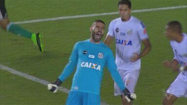 """Vanderlei """"fecha"""" o gol e é o grande nome em vitória do Santos - Camisa 1 fez, pelo menos, cinco defesas decisivas para o resultado positivo do Alvinegro"""