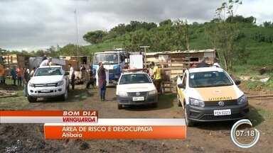 Defesa Civil de Atibaia desocupou área de preservação ambiental - 15 famílias foram removidas no local.
