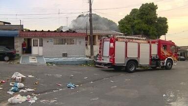 Idosa passa mal após ter casa destruída por incêndio, na Zona Oeste de Manaus - Mulher precisou ser hospitalizada. Gato de estimação morreu durante incêndio, no fim da tarde desta segunda-feira (22).