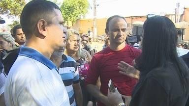 Moradores reclamam de falta de estrutura em bairro da capital - A segunda-feira começou com protesto na capital, em frente a Secretaria Municipal de Obras de Porto Velho.