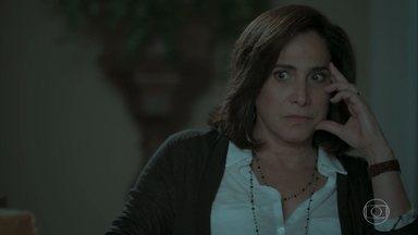 Heleninha descobre o hotel para onde Bibi vai com o marido e fica intrigada - Após ser detido por Jeiza, Rubinho decide antecipar viagem com a esposa