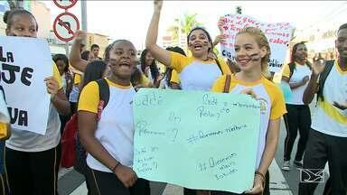 Estudantes protestam contra condições de escola em bairro de São Luís - Estudantes de uma escola estadual no bairro do São Francisco paralisou o trânsito em São Luís. Eles pedem melhorias na escola, que segundo os estudantes, está em condições precárias e sem água há três dias.