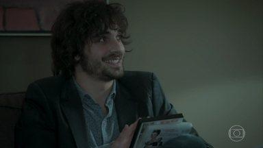 Eugênio entrega a Ruy os filmes indicados por Irene - O rapaz não entende de onde o pai tirou ideia tão original