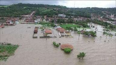 Chuva em Alagoas deixa cinco mortos e quatro mil famílias desalojadas - Bairros na região metropolitana de Maceió estão debaixo d'água. Homens do Exército, bombeiros e pescadores ajudam a socorrer vítimas.