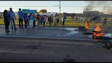 Motoristas de transporte escolar fazem protesto na BR-020 - Os motoristas atearam fogo a pneus e fecharam a pista na altura da Quadra 18 de Sobradinho, no sentido Plano Piloto. Eles cobram o pagamento dos salários atrasados.