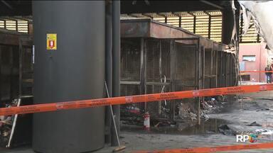 Incêndio atinge a Rua da Cidadania Matriz e destrói lojas - O restaurante popular que funciona dentro da Matriz e os serviços da Urbs continuam funcionando nesta quarta-feira(31)