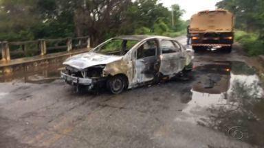 Criminosos explodem cofre de agência bancária em Água Branca, AL - Carro foi incendiado pelos bandidos na entrada da cidade.