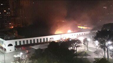 Quinze lojas foram atingidas em incêndio na Rua da Cidadania na praça Rui Barbosa - O fogo começou de madrugada e alguns comerciantes perderam tudo.