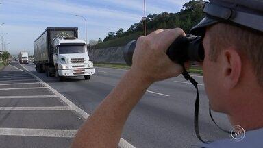 Número de motoristas usando celular dirigindo aumenta nas rodovias de Sorocaba - O número de motoristas flagrados usando celular dirigindo tem aumentado nas rodovias de Sorocaba (SP). O registro de autuações subiu quase 10% em relação ao ano passado.
