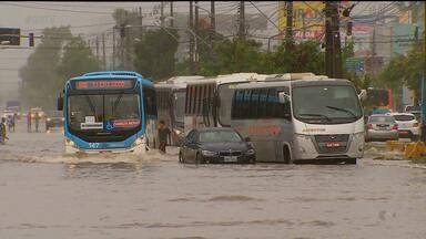 Em algumas áreas do Recife, a chuva forte complicou a vida de quem precisou sair de casa - Foi complicado para quem precisou sair cedo, seja a pé ou de carro.