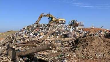 Volume de lixo retirado do rio Tietê 'lota' aterro de Salto - O volume de lixo retirado do rio Tietê na última semana, em Salto (SP), superou a quantia retirada durante todo o ano passado, o que tem o aumentado a quantia de lixo no aterro da cidade.