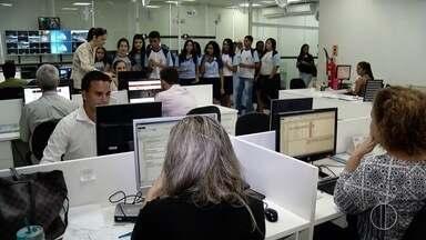 Grupo de alunos de escola de Campos, RJ, visitam redação da Inter TV - Assista a seguir.