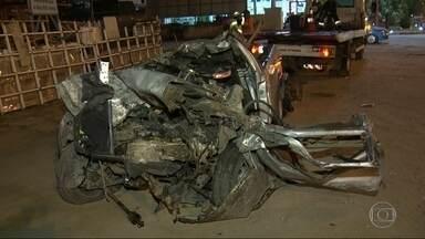 Acidente na Avenida Brasil deixa dois mortos e três feridos - Um carro, um táxi e um reboque bateram na altura de Padre Miguel.