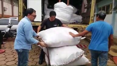 Polícia apreende roupas que teriam sido doadas - A suspeita é que os fardos com roupas, brinquedos e eletrodomésticos, seriam vendidos ilegalmente no comércio. Na hora do flagrante, a carga estava sendo transferida para Vans com placas do Paraguai.