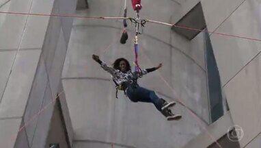 Glória Maria salta do maior bungee jump do mundo, em Macau - São 233 metros de altura, o equivalente a um prédio de 78 andares. 'Foi a pior sensação da minha vida, mas depois é o máximo', diz a repórter.