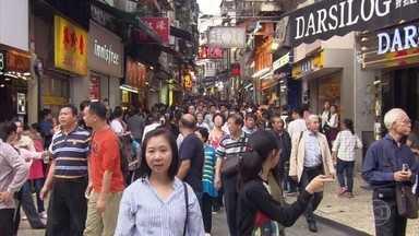 Macau recebe quase cinco vezes mais turistas estrangeiros do que o Brasil - Todo fim de semana milhares de pessoas atravessam a fronteira entre Macau e China. Em Macau, marcas da cultura portuguesa estão por toda parte.