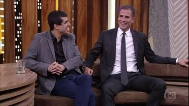 Marcius Melhem e Ricardo Araújo Pereira falam sobre o humor português e brasileiro - Os comediantes se encontram e Pedro Bial comenta as piadas sobre portugueses