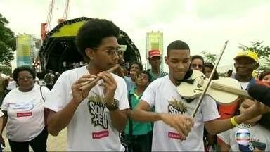 Virada Sustentável une cultura e preocupação com o ambiente - A Orquestra Tubônica, que faz música com instrumentos feitos com sucata, se apresenta na Praça Mauá.