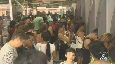 Trabalhadores chegam cedo e enfrentam filas para saques do FGTS em Manaus - Populares reclamaram do horário da abertura. Caixa esclareceu que antecipação de abertura nas agências é apenas de segunda a quarta-feira.