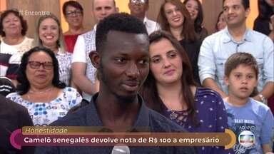 Atitude de vendedor senegalês comove redes sociais - Khadim percebeu que um cliente havia confundido uma nota de 100 com a de 2 reais e correu atrás dele para devolver