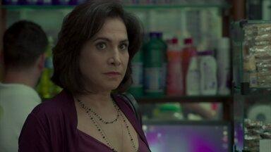Heleninha tenta evitar Bibi - Esposa de Rubinho percebe que a vizinha está fugindo dela
