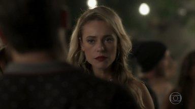 Jeiza é abordada por um desconhecido e Zeca se enfurece - O caminhoneiro tenta defender a policial, mas ela o provoca