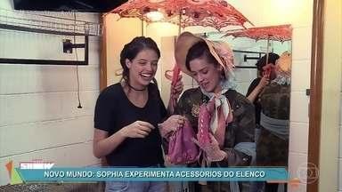 Sophia Abrahão e Agatha Moreira mostram detalhes do figurino de 'Novo Mundo' - Dupla se diverte com os figurinos das personagens