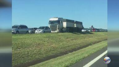 Colisão deixa motorista ferido e provoca congestionamento na Rodovia Anhanguera - Acidente aconteceu no km 199, em Leme.