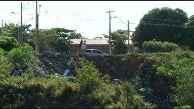 Moradores de Filadélfia reclamam de cratera às margens da rodovia - Moradores de Filadélfia reclamam de cratera às margens da rodovia