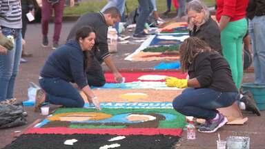 Fieis montam tapetes para a celebração de corpus christi em Foz do Iguaçu - Na cidade foram feitos mil e trezentos metros de tapete no asfalto em frente a catedral.