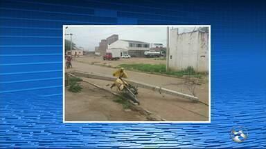 Moto é esmagada após caminhão bater em poste em Santa Cruz do Capibaribe - Motociclista conseguiu escapar sem ser atingido.
