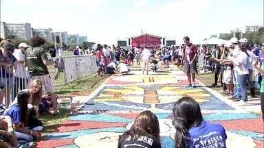 Fiéis montam tradicional tapete de Corpus Christi em Brasília - O tapete confeccionado com serragem e material colorido está sendo feito em frente à Catedral.