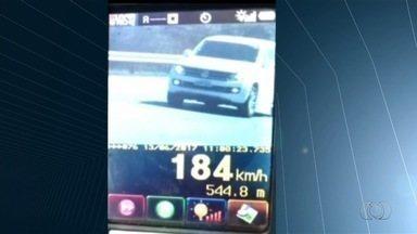 Durante operação no feriado, PRF flagra caminhonete a 184 km/h na BR-153 - Corporação realiza ação com nove radares móveis para multar motoristas que infringirem as leis de trânsito. Balanço das ocorrências deve ser divulgado na segunda-feira (19).