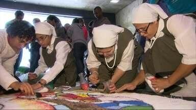 Fiéis dedicam tempo e carinho para fazer os tapetes de sal - São as comemorações da igreja católica pelo dia de Corpus Christi