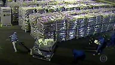 Mais uma loja de departamentos é assaltada, no Recreio dos Bandeirantes - Assaltantes roubam lojas de departamento e depósitos, em busca de celulares.