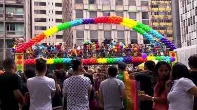 Saiba como fica o trânsito em São Paulo durante a Parada Gay - Como acontece em todos os domingos, a Avenida Paulista ficará fechada entre a Rua da Consolação e a Praça Oswaldo Cruz, de 10h às 18h. Só que as ruas ao redor do Masp, onde fica a concentração da Parada Gay também serão interditadas.